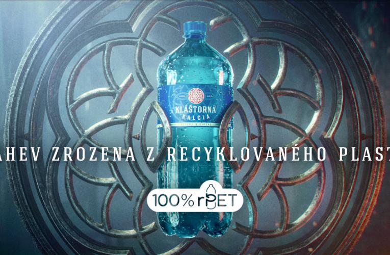 Hlavním hrdinou nové kampaně Kláštorná Kalcia se stává ikonická láhev srozetou z recyklovaného plastu